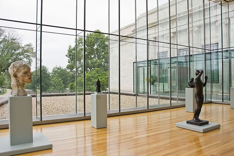 Gallery walls are designed with two glass facades with a conditioned air cavity in between them, reducing frost and fog.